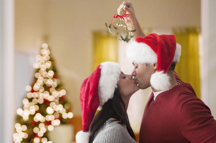 couples kiss under the mistletoe